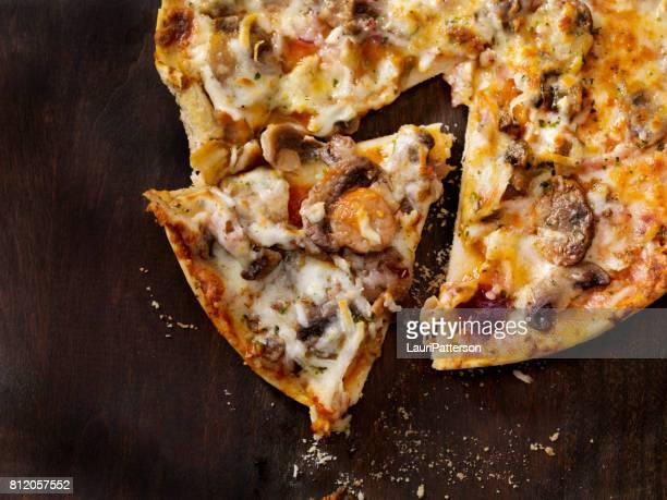 Drei Pilze und rote Zwiebel-Pizza