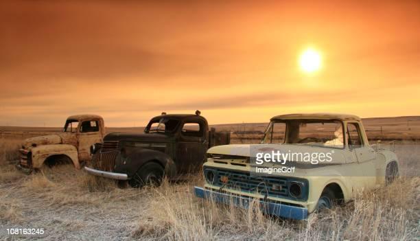 3 つの古いトラックで山