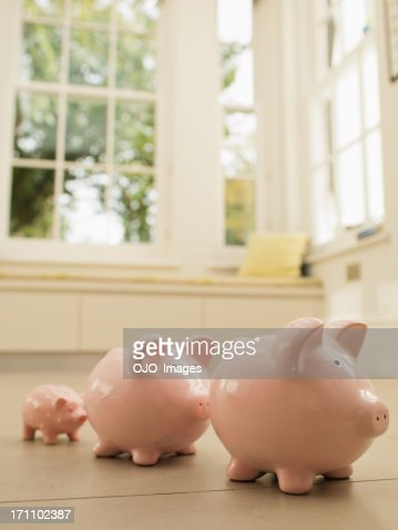 drei piggy banken in einer reihe stock foto getty images. Black Bedroom Furniture Sets. Home Design Ideas