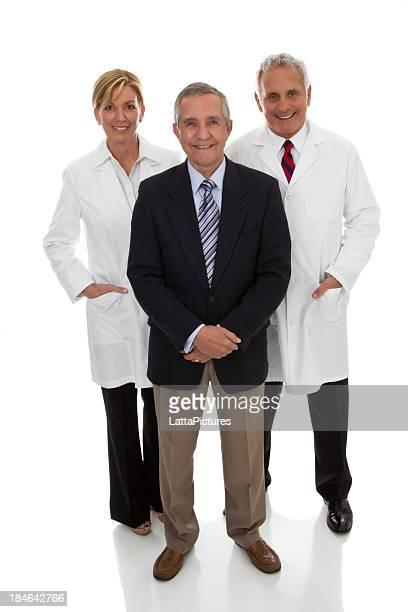 Drei professionelle Erwachsene, zwei mit lab Mäntel einem business-Anzug