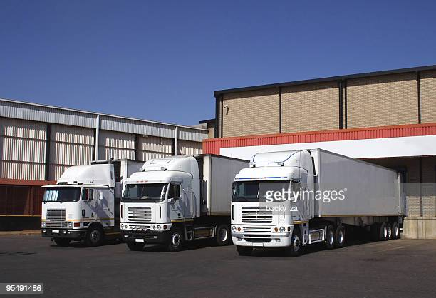 Drei gekühlte Beförderungsunternehmen bei einem eisgekühlten gute warehouse.