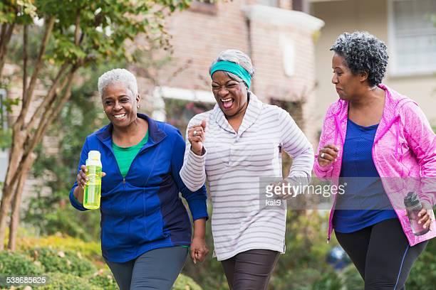 Tre donne senior esercitando insieme nero