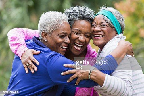 Trois personnes âgées embrassant