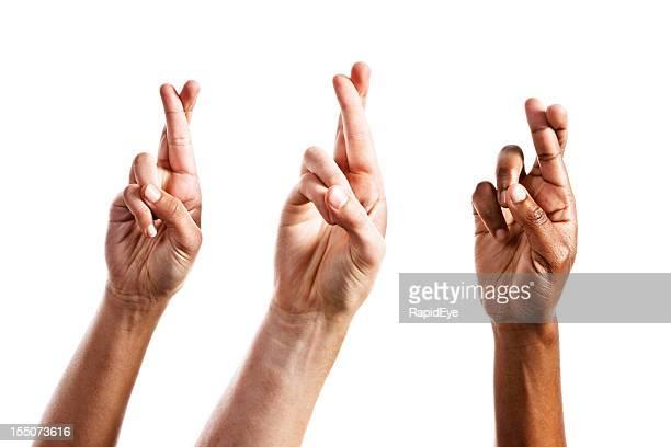 Trois remportée par les mains avec les doigts croisés, isolé sur blanc