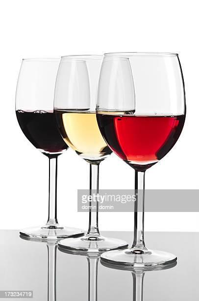 Trois verres de vin blanc, rouge et rose, isolé sur blanc