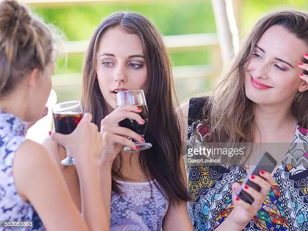 Trois avec vin et mobile