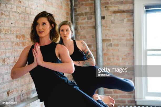 Trois femme Yoga jambe lève avec prière Hanves