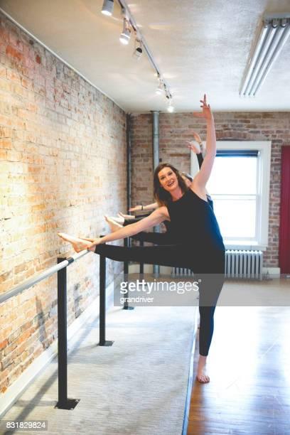 Trois femmes faisant corps Stretch sur Barre