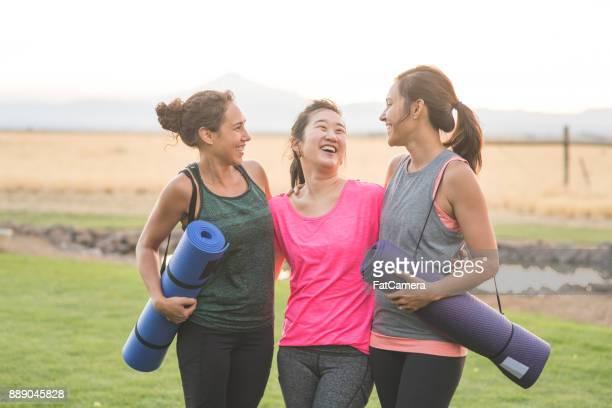 Drei Frauen Yoga-Matten