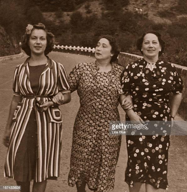 Drei Frauen auf der Straße in 1931.Sepia Farbtönen