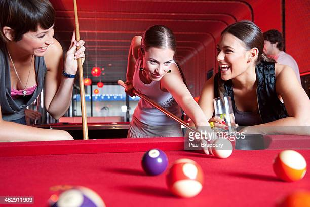Tre donne giocando piscina e sorridente