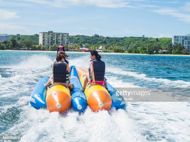 グアムでバナナボートに乗っている3 人の女性
