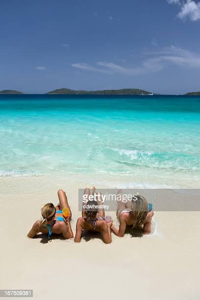 Drei Frauen Sonnenbaden am Strand