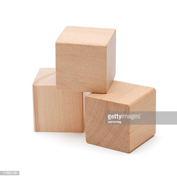 Trois blocs en bois de cube