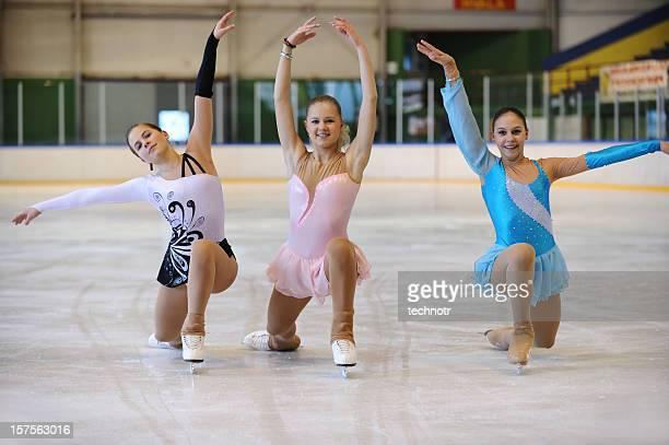 Drei junge Frauen posieren auf Eis Skater