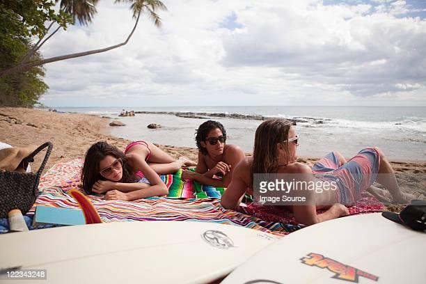 3 つの若い友人とビーチバケーション