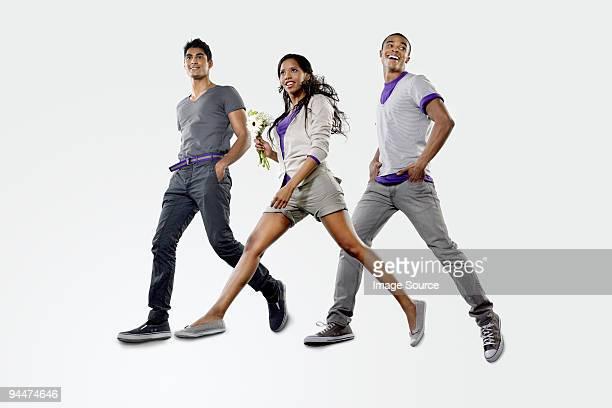 Trois jeunes sauter