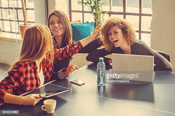 Drei junge Frauen im Büro