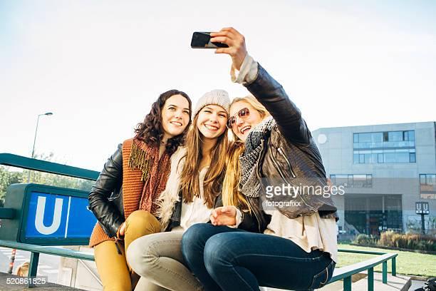 Drei Junge Frauen in der Stadt machen Sie ein selfie