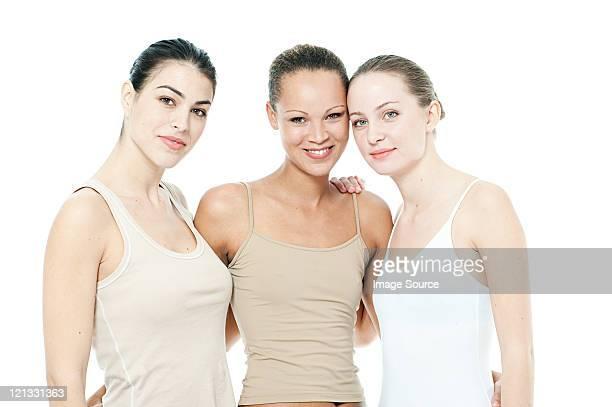 Drei junge Frauen zusammen