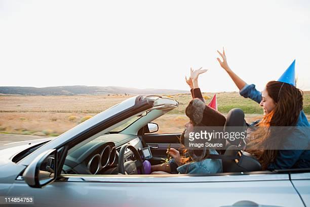 3 つの若い女性を着て、パーティー用多目的車で