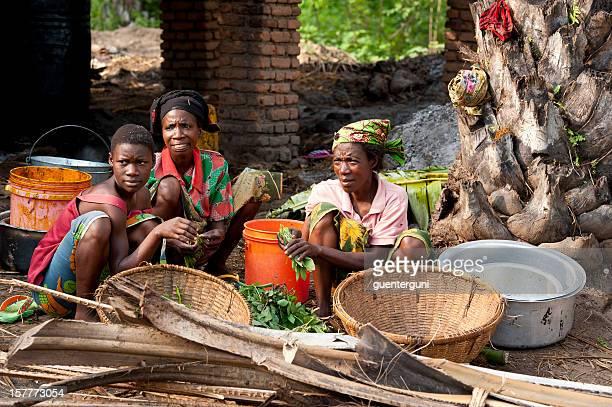 Threee Las mujeres trabajan en un aceite de palma producción, Burundi