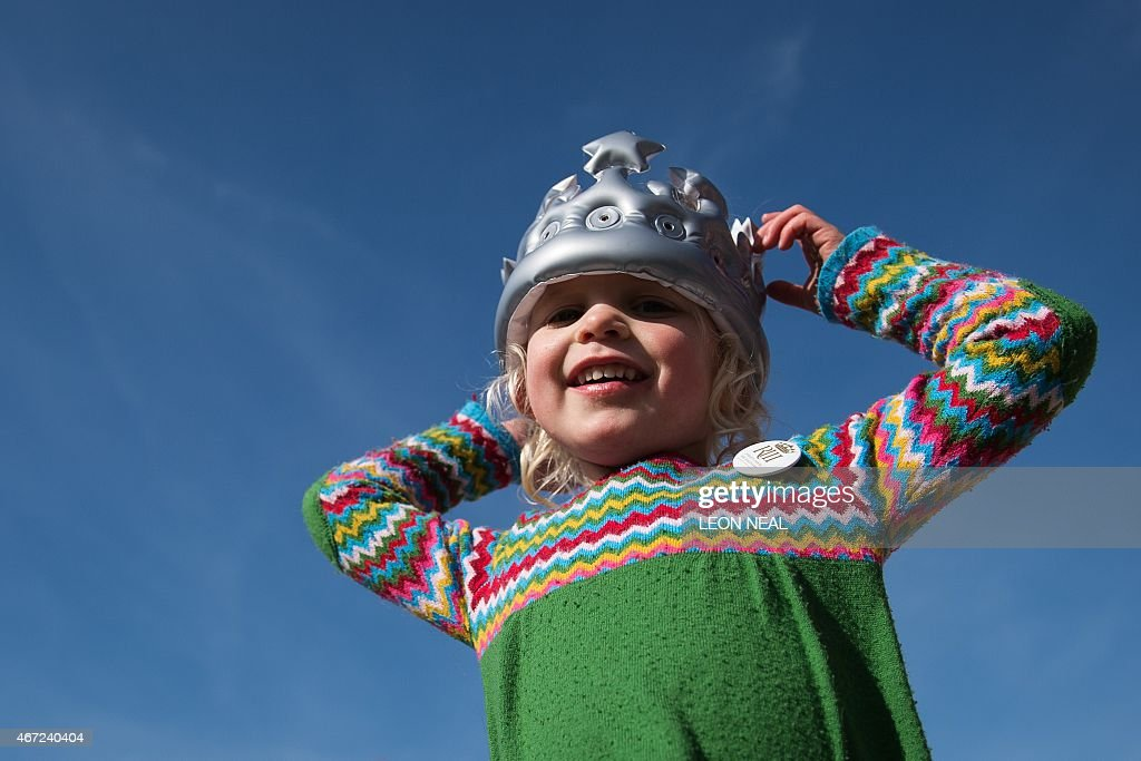 Three-year-old Clementine Greaves from Edinburgh wears an inflateable crown as she waits for the ceremonial procession carrying the remains of King Richard III, the last of the Plantagenet dynasty, to continue it's route towards the new site of his reinterment at Leicester Cathedral in Leicestershire, England on March 22, 2015, some 530 years on from the king's death in 1485 at the Battle of Bosworth. Richard, who ruled England from 1483 until his death in 1485, will be laid to rest on March 26, 2015 in Leicester Cathedral, across the street from where his remains were located in 2012.