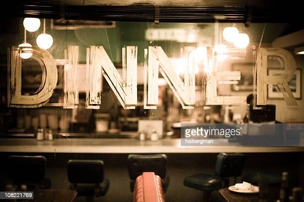Attraverso il vetro della finestra di un ristorante