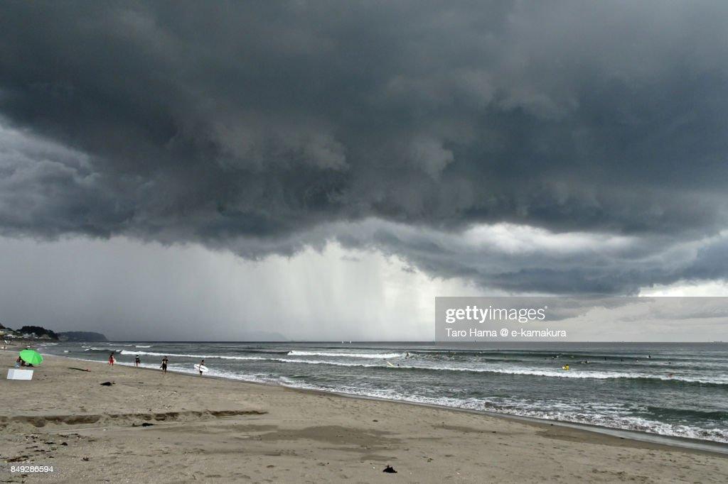 Thunder clouds on Sagami Bay and beach in Kamakura city in Kanagawa prefecture : ストックフォト