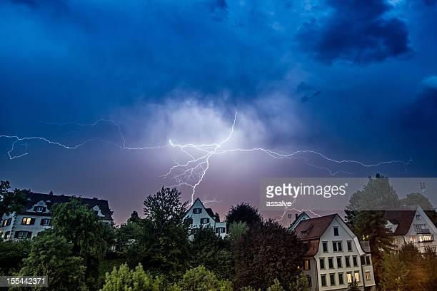 Gewitter und thunderbolt über Häuser in der Schweiz