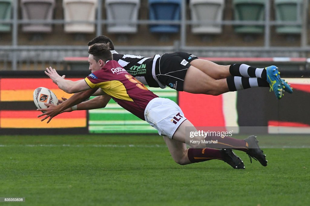Tiaan Falcon of Hawke's Bay dives and beats Jay Renton of Southland to score a try during the round one Mitre 10 Cup match between the Hawke's Bay and Southland at McLean Park on August 19, 2017 in Napier, New Zealand.