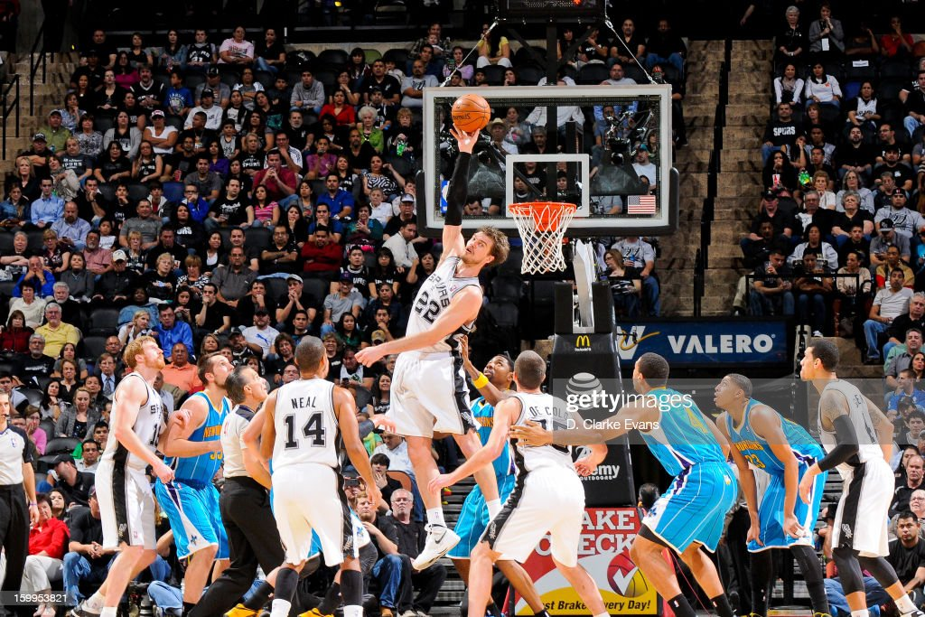 <a gi-track='captionPersonalityLinkClicked' href=/galleries/search?phrase=Tiago&family=editorial&specificpeople=208218 ng-click='$event.stopPropagation()'>Tiago</a> Splitter #22 of the San Antonio Spurs reaches for a jump-ball against the New Orleans Hornets on January 23, 2013 at the AT&T Center in San Antonio, Texas.