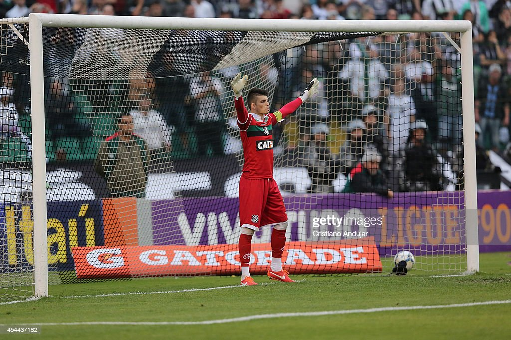 Tiago Volpi #1 of Figueirense try to defend the penalty kick of Rogerio Ceni #1 of Sao Paulo during a match between Figueirense and Sao Paulo as part of Campeonato Brasileiro 2014 at Orlando Scarpelli Stadium on August 31, 2014 in Florianopolis, Brazil
