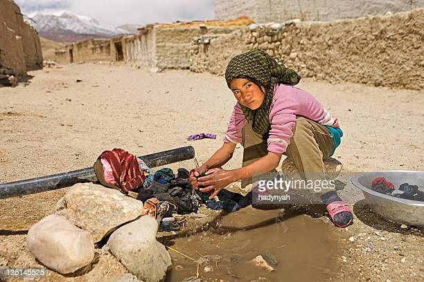Tibetische Mädchen Waschen Kleidung in Mustang-region