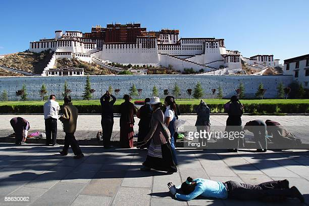 Tibetan pilgrims prostrate themselves in front of the Potala Palace on June 20 2009 in Lhasa Tibet Autonomous Region China Traditionally Lhasa is the...