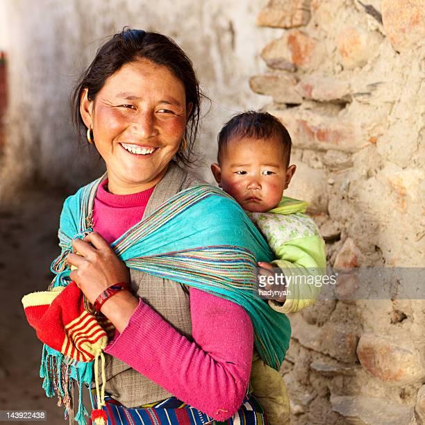 Tibetische Frau tragen Ihr baby