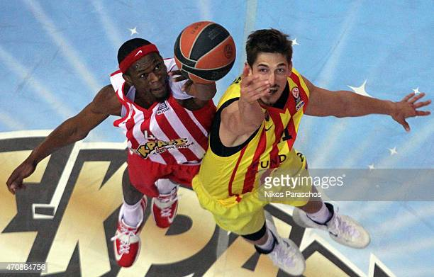 Tibor Pleiss #21 of FC Barcelona competes with Brent Petway #4 of Olympiacos Piraeus during the 20142015 Turkish Airlines Euroleague Basketball Play...