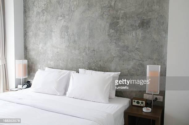 Ordentlich Bett mit Nachttischlampen