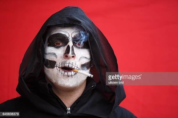 GER Tiengen Fasnacht in Tiengen Mann verkleidet als Tod raucht eine Zigarette
