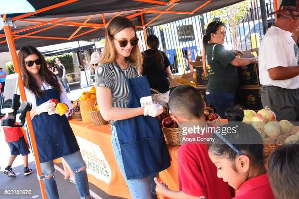 Tiffani Thiessen and Leighton Meester volunteer at Feeding America's Summer Hunger Awareness event At Para Los Ninos in Los Angeles on June 27 2017...