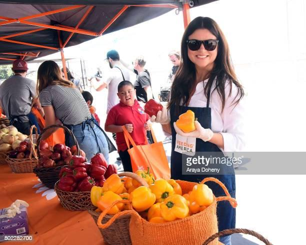 Tiffani Thiessen volunteers at Feeding America's Summer Hunger Awareness event At Para Los Ninos in Los Angeles on June 27 2017 in Los Angeles...