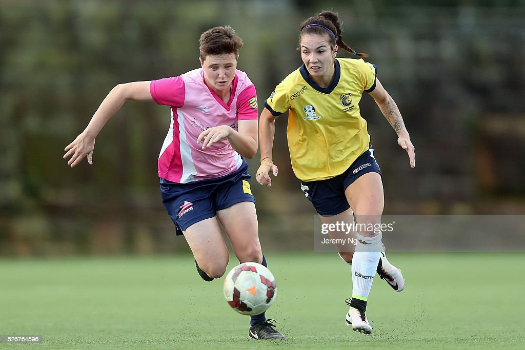 Tiffany Patterson of the Mariners and Rhiannon Fensom of the Stingrays challenge for the ball during the NPL 1 NSW Womens match between North Shore Mariners and Illawarra Stingrays at Northbridge Oval on May 1, 2016 in Sydney, Australia.