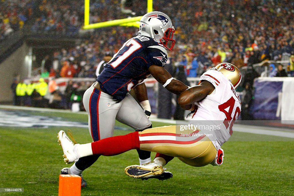Tight end <a gi-track='captionPersonalityLinkClicked' href=/galleries/search?phrase=Delanie+Walker&family=editorial&specificpeople=618377 ng-click='$event.stopPropagation()'>Delanie Walker</a> #46 of the San Francisco 49ers catches a touchdown pass from quarterback Colin Kaepernick #7 in the second quarter against cornerback Alfonzo Dennard #37 of the New England Patriots at Gillette Stadium on December 16, 2012 in Foxboro, Massachusetts.
