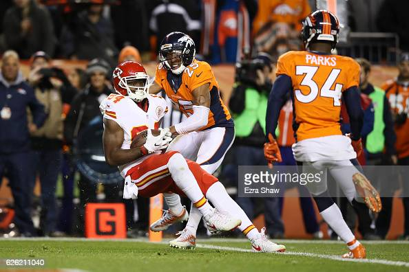Tight end Demetrius Harris of the Kansas City Chiefs catches a pass on the twopoint conversion to tie the game in the fourth quarter against the...