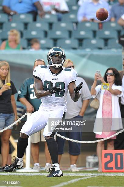 Tight end Donald Lee of the Philadelphia Eagles catches a pass in warmups during the game against the Baltimore Ravens at Lincoln Financial Field on...