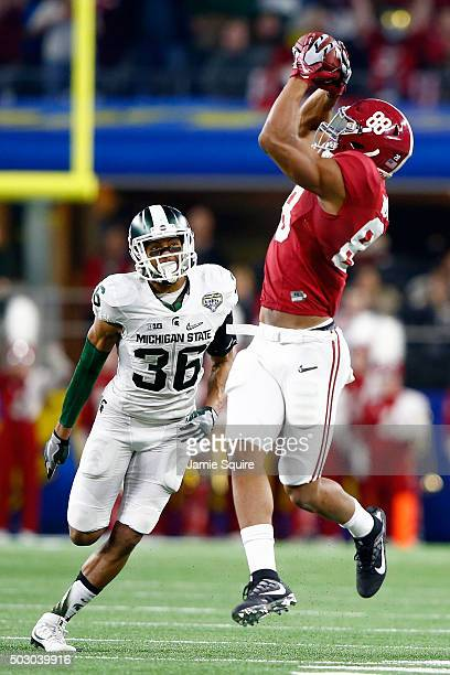 Tight end OJ Howard of the Alabama Crimson Tide makes a catch and runs for 41yards in the second quarter against cornerback Arjen Colquhoun of the...