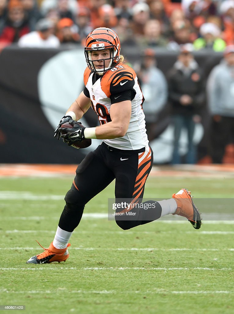 Tight end Ryan Hewitt #89 of the Cincinnati Bengal runs a play during the first half against the Cleveland Browns at FirstEnergy Stadium on December 14, 2014 in Cleveland, Ohio.