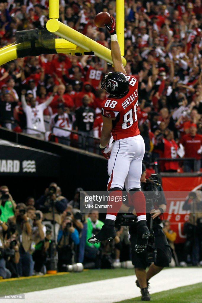 Tight end <a gi-track='captionPersonalityLinkClicked' href=/galleries/search?phrase=Tony+Gonzalez&family=editorial&specificpeople=203240 ng-click='$event.stopPropagation()'>Tony Gonzalez</a> #88 of the Atlanta Falcons dunks the ball over the goal post after catching a 10-yard touchdown in the second quarter against the San Francisco 49ers in the NFC Championship game at the Georgia Dome on January 20, 2013 in Atlanta, Georgia.