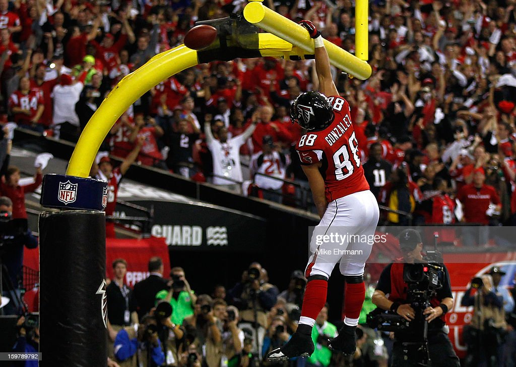 Tight end Tony Gonzalez #88 of the Atlanta Falcons dunks the ball over the goal post after catching a 10-yard touchdown in the second quarter against the San Francisco 49ers in the NFC Championship game at the Georgia Dome on January 20, 2013 in Atlanta, Georgia.