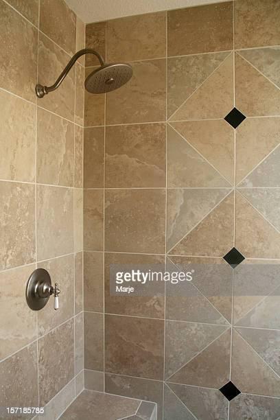 Salle de bains carrelée équipée d'une douche